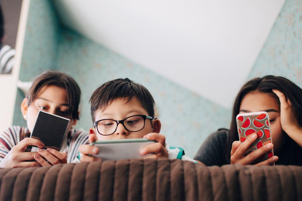 孩子玩手机